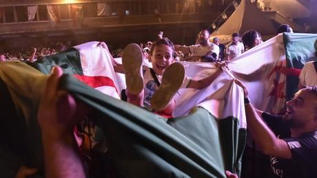 Les supporters célèbrent la victoire de l'Algérie en demi-finale de la Coupe d'Afrique des Nations (CAN) 2019 contre le Nigéria, sur la place de la Grande Poste à Alger.