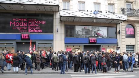Des travailleurs et les membres des syndicats sont réunis lors d'une manifestation devant le grand magasin Tati, dans le quartier parisien de Barbes le 4 mai 2017 après des annonces de fermetures de magasins (illustration).