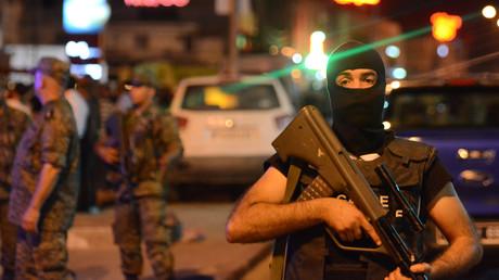 Les forces de sécurité tunisiennes maintiennent un périmètre de sécurité près d'un arrêt de bus à Tunis où un homme portant une ceinture d'explosifs s'est fait exploser, le 3 juillet 2019 (image d'illustration).