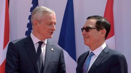Le ministre français de l'Economie et des Finances Bruno Le Maire (à gauche), accueille le secrétaire d'Etat américain au Trésor, Steven Mnuchin, à la réunion des ministres des Finances et des gouverneurs des banques centrales du G7 à Chantilly le 17 juillet 2019.