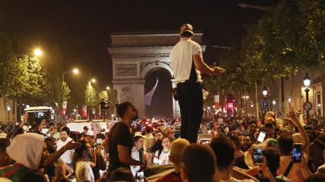 Des supporters de l'Algérie célèbrent la victoire de leur équipe sur l'avenue des Champs-Elysées, le 14 juillet (image d'illustration).