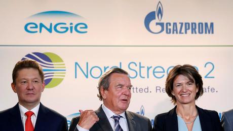 Alexeï Miller, président de Gazprom (g.), Gerhard Schröder, ex-chancelier d'Allemagne et Isabelle Kocher, directrice générale d'Engie à Paris le 24 avril 2017, lors de l'accord de financement du projet Nord Stream 2 (illustration).