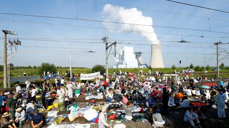 Manifestation contre le changement climatique près de la mine à ciel ouvert de lignite de Garzweiler en Allemagne, le 22 juin 2019.