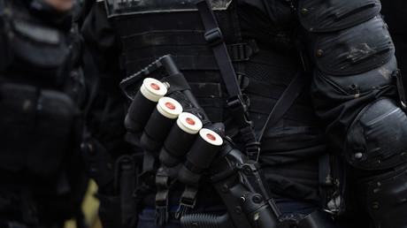 Un membre des forces de l'ordre porte un LBD en avril 2018 (image d'illustration).