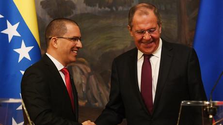 Le ministre russe des Affaires étrangères Sergueï Lavrov et le ministre des Affaires étrangères du Venezuela Jorge Arreaza donnent une conférence de presse à Moscou le 5 mai 2019 (image d'illustration).