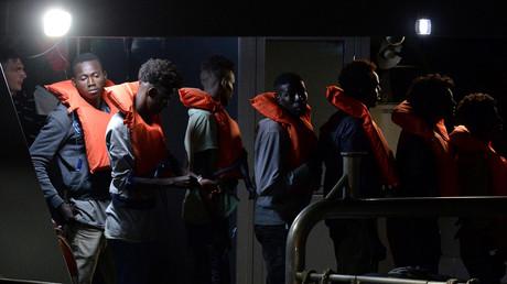 Des migrants, appartenant au groupe sauvé par le navire de sauvetage Alan Kurdi, une ONG battant pavillon allemand, font la queue à Haywharf, à La Valette, le 7 juillet 2019.