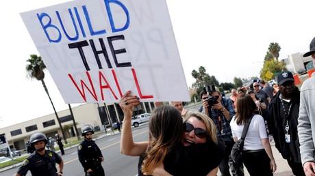 Des partisans de Donald Trump appelant à la construction du mur à la frontière américano-mexicaine, promise par le président américain, à San Diego, en mars 2018 (image d'illustration).