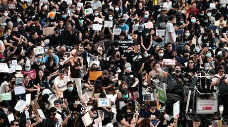 Des manifestants défilent à Hong Kong, le 28 juillet.
