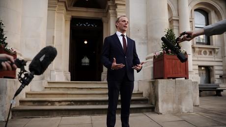Le 24 juillet 2019, le ministre britannique des Affaires étrangères, Dominic Raab, s'adresse aux médias devant l'immeuble du Foreign Office et du Commonwealth à Londres.