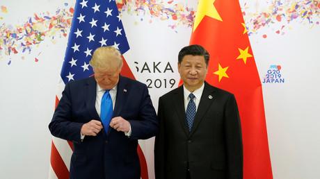Le président des Etats-Unis Donald Trump et le président chinois Xi Jinping posent avant leur réunion bilatérale lors du sommet du G20 à Osaka, au Japon, le 29 juin 2019.
