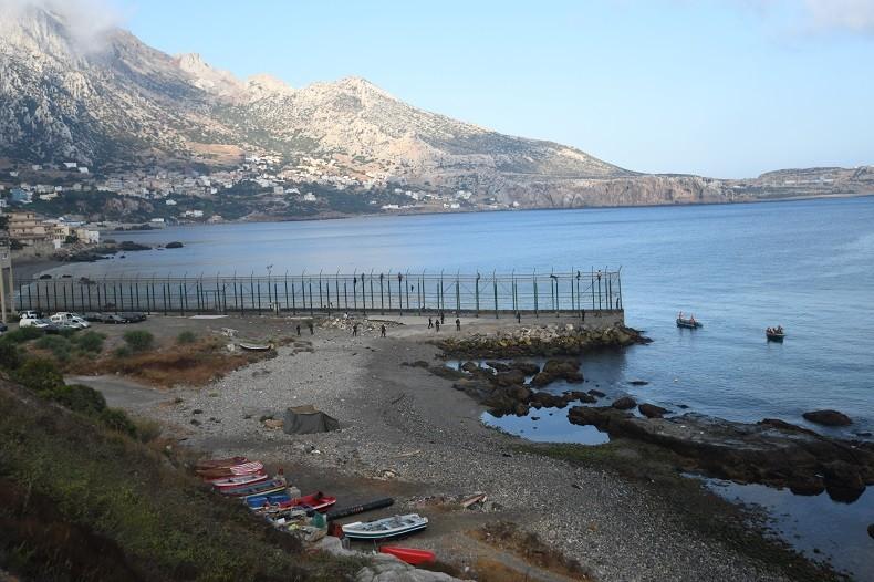 Espagne : plus de 150 migrants forcent la frontière, six policiers blessés à Ceuta (VIDEO)