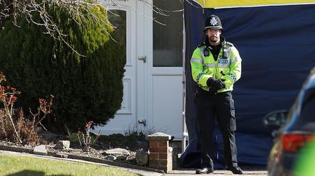 Un policier monte la garde à l'extérieur de la maison de l'ancien officier de renseignement militaire russe Sergueï Skripal, à Salisbury, en Grande-Bretagne, le 8 mars 2018