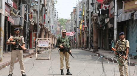 Des policiers indiens dans le Cachemire, le 5 août 2019.
