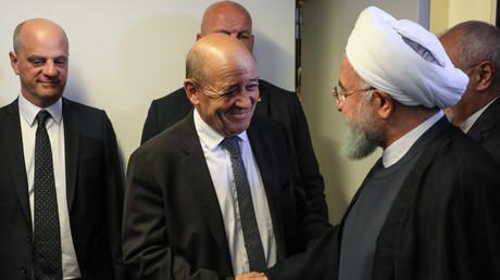 Le président iranien Hassan Rouhani (à droite) et le ministre français des Affaires étrangères, Jean-Yves Le Drian (à gauche), en marge de l'Assemblée générale des Nations Unies au siège de l'ONU le 25 septembre 2018 à New York.
