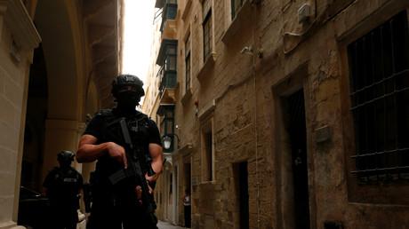 Un policier patrouille à Malte le 22 mai 2018 (Image d'illustration)