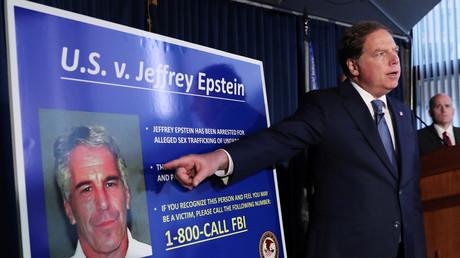 Le procureur de New York Geoffrey Berman pointe du doigt une photographie du milliardaire Jeffrey Epstein lors de l'inculpation de ce dernier, le 8 juillet.