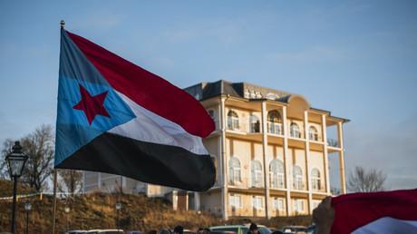 Le drapeau du Yémen Sud, brandit lors d'une manifestation près de Stockholm en Suède, en décembre 2018 (image d'illustration).