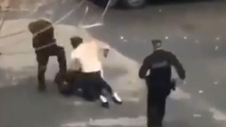 Capture d'écran Twitter d'une vidéo montrant deux hommes s'empoigner violemment avant l'interpellation d'un des deux.