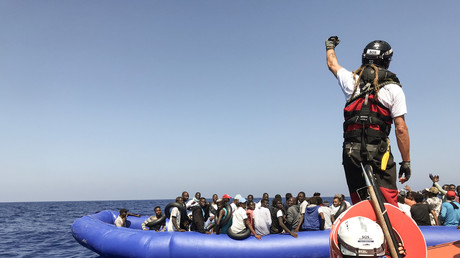 Des membres de l'équipage du Ocean Viking récupèrent 81 migrants en Méditerranée le 11 août 2019.