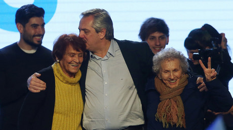 Le candidat à la présidentielle argentine Alberto Fernandez, célèbre sa victoire aux primaires en compagnie de Mères de la Place de Mai, dans un centre culturel de Buenos Aires, en Argentine, le 11 août 2019.