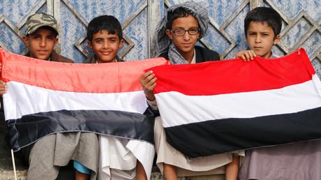 Des garçons tiennent le drapeau national du Yémen lors d'un rassemblement pour dénoncer le blocus imposé par la coalition dirigée par les Saoudiens, à l'extérieur de l'aéroport de Sanaa à Sanaa, au Yémen, le 9 août 2019 (image d'illustration).