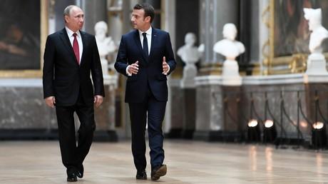 Le président russe Vladimir Poutine et son homologue français Emmanuel Macron, dans la Galerie des batailles du château de Versailles, lors de leur unique rencontre en France, le 29 mai 2017 (image d'illustration).