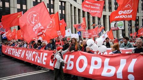 Des membres du Parti communiste défilent, le 17 août 2019, à Moscou, en Russie.