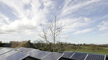 Le 14 février 2006 des capteurs d'énergie solaire équipent une école primaire à Langouët. Dans cette commune bretonne le maire a interdit en mai les pesticides à moins de 150 mètres des habitations.