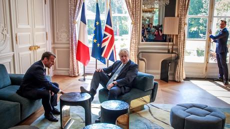Les pieds dans le plat ? Venu discuter du Brexit, Boris Johnson prend ses aises à l'Elysée (IMAGES)