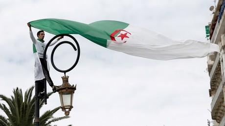 Manifestation pour demander le retrait des tenants du système politique à Alger, en Algérie, le 5 avril 2019 (image d'illustration).