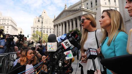 Jennifer Araoz, une des victimes présumées de Jeffrey Epstein, s'adressant à la presse à sa sortie du tribunal fédéral de Manhattan, le 27 août 2019, à New York (image d'illustration).
