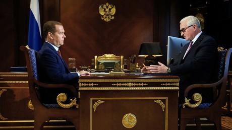 Le Premier ministre russe, Dmitri Medvedev (à gauche) reçoit Alexandre Chokhine, le président de l'Union des industriels et entrepreneurs de Russie, le 23 août.