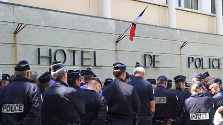 Des policiers se recueillent devant un commissariat à Montpellier le 19 avril après le suicide d'une capitaine qui s'est tuée avec son arme de service (image d'illustration).