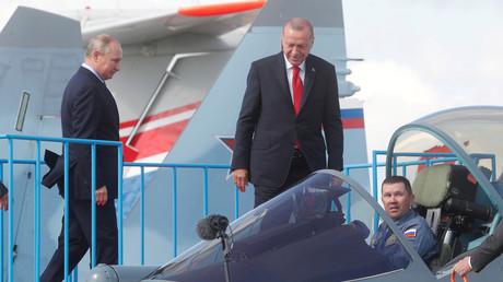 Vladimir Poutine et Recep Erdogan inspectant le Sukhoï Su-57 lors du salon aérospatial MAKS le 27 août 2019.