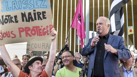 Le maire de Langouet, Daniel Cueff , s'adresse aux manifestants à son arrivée devant le tribunal administratif de Rennes, le 22 août 2019.