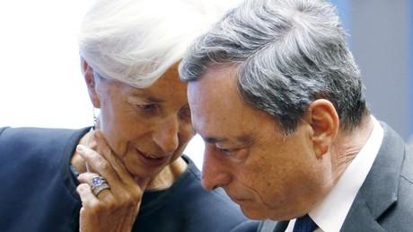 Christine Lagarde, directrice générale du Fonds monétaire international et Mario Draghi, président jusqu'à la fin octobre de la Banque centrale européenne photographiés lors d'une réunion des ministres des Finances de la zone euro à Luxembourg, le 18 juin 2015 (illustration).
