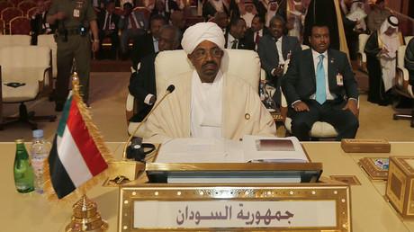 L'ex-président soudanais, Omar el-Bechir, assiste à un sommet de la Ligue arabe à Doha, le 26 mars 2013.