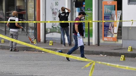 Des policiers se déploient devant une pharmacie à Villeurbanne, où s'est produite une attaque au couteau qui a coûté la vie à une personne et blessé huit autres, le 31 août 2019.