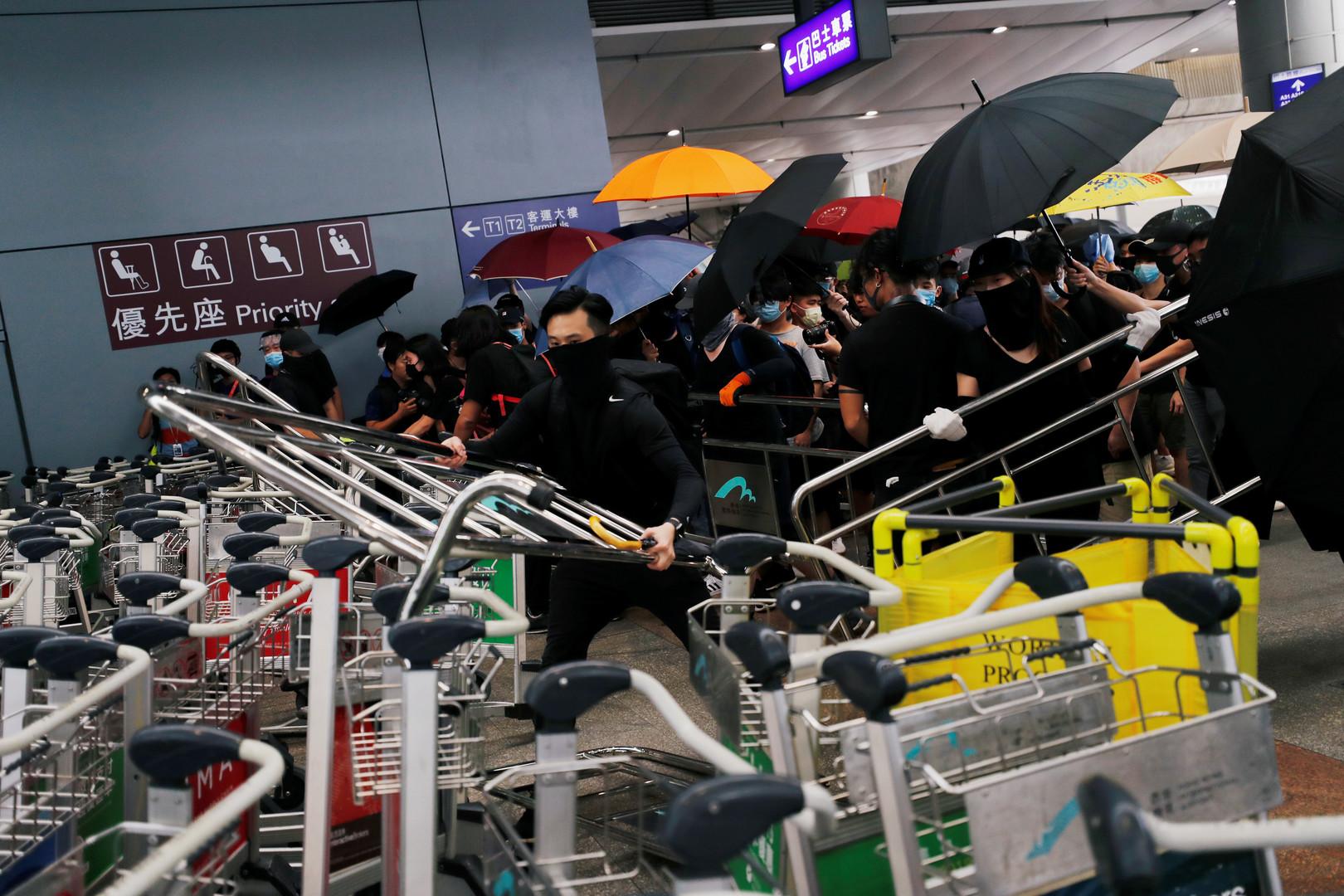 Au lendemain de heurts avec la police, des manifestants perturbent l'accès à l'aéroport de Hong Kong