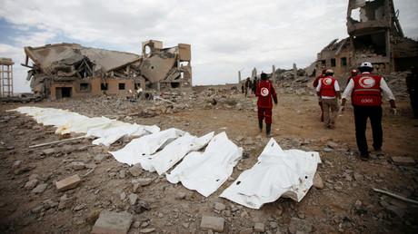 Les corps des victimes des frappes aériennes menées par la coalition sous commandement saoudien dans un centre de détention houthi à Dhamar, au Yémen, le 1er septembre 2019.
