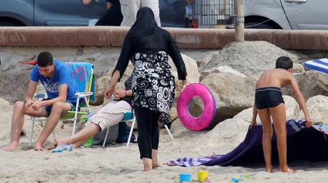 Une femme portant le burkini sur une plage de Marseille, le 17 août 2016 (image d'illustration).