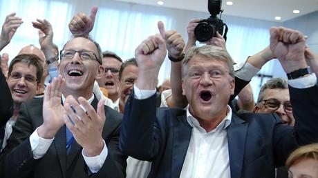 Jörg Urban, candidat de la Saxe et chef de l'AfD dans la région,   et le co-président du parti, Joerg Meuthen, expriment leur joie à l'annonce des premières estimations des deux scrutins régionaux, le 1er septembre 2019 à Dresde.