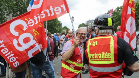 Des manifestants brandissent des drapeaux de la Confédération générale du travail (CGT) lors d'un rassemblement de retraités convoqué par différents syndicats à Paris le 20 juin 2019 (illustration).