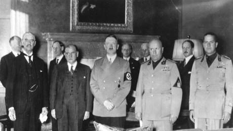 Conférence de Munich le 29 septembre 1938: de gauche à droite: le Premier ministre britannique Arthur Neville Chamberlain, le Français Édouard Daladier, président du Conseil, Adolf Hitler, l'Italien Benito Mussolini et son gendre le comte Galeazzo Ciano, ministre des Affaires étrangères.