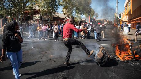 Des Sud-Africains en colère pillent des magasins qui appartiendraient à des ressortissants étrangers dans la banlieue de Johannesburg, le 2 septembre 2019.