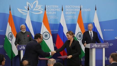 Le président russe Vladimir Poutine (d.) et le Premier ministre indien Narendra Modi (g.) lors de la cérémonie de signature des documents communs faisant suite aux pourparlers russo-indiens du Ve Forum économique de l'Est à Vladivostok, le 4 septembre 2019.