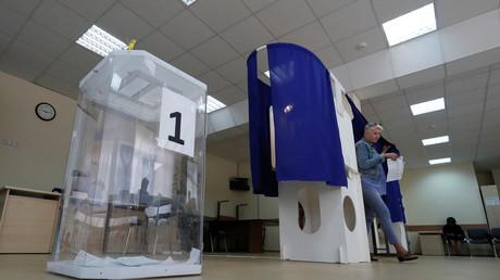 Une femme sort de l'isoloir d'un bureau de vote moscovite, le 8 septembre 2019.