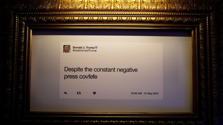 Un message de Donald Trump, président des Etats-Unis, reproduit et placé dans un encadrement, visible lors de l'ouverture de l'exposition humoristique La Bibliothèque Twitter présidentielle de Donald J. Trump dans le centre de Washington le 14 juin 2019, (illustration).
