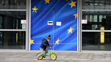 Un enfant devant les locaux de la Commission européenne à Bruxelles en 2015 (image d'illustration)