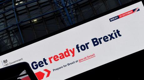 Un panneau d'affichage transmettant le message du gouvernement britannique